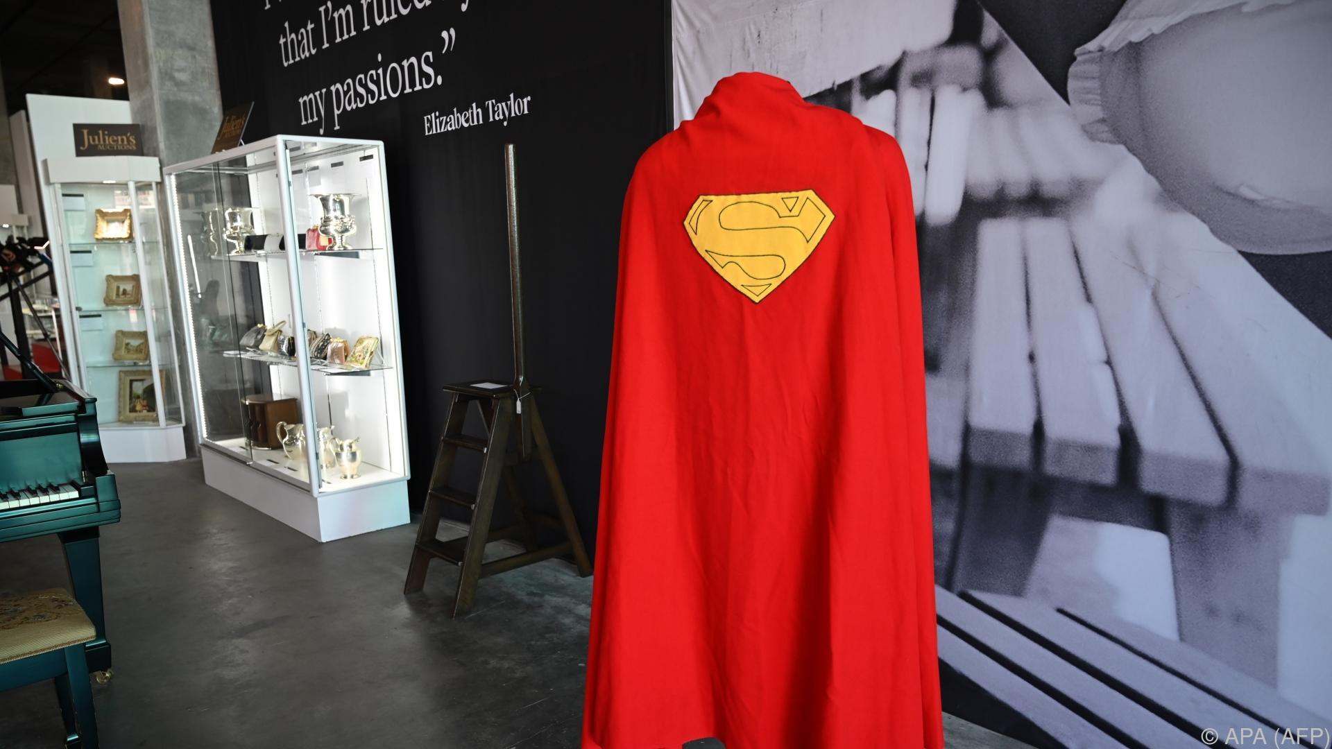 """Superman""-Umhang, Pfeife aus ""Herr der Ringe"" versteigert"