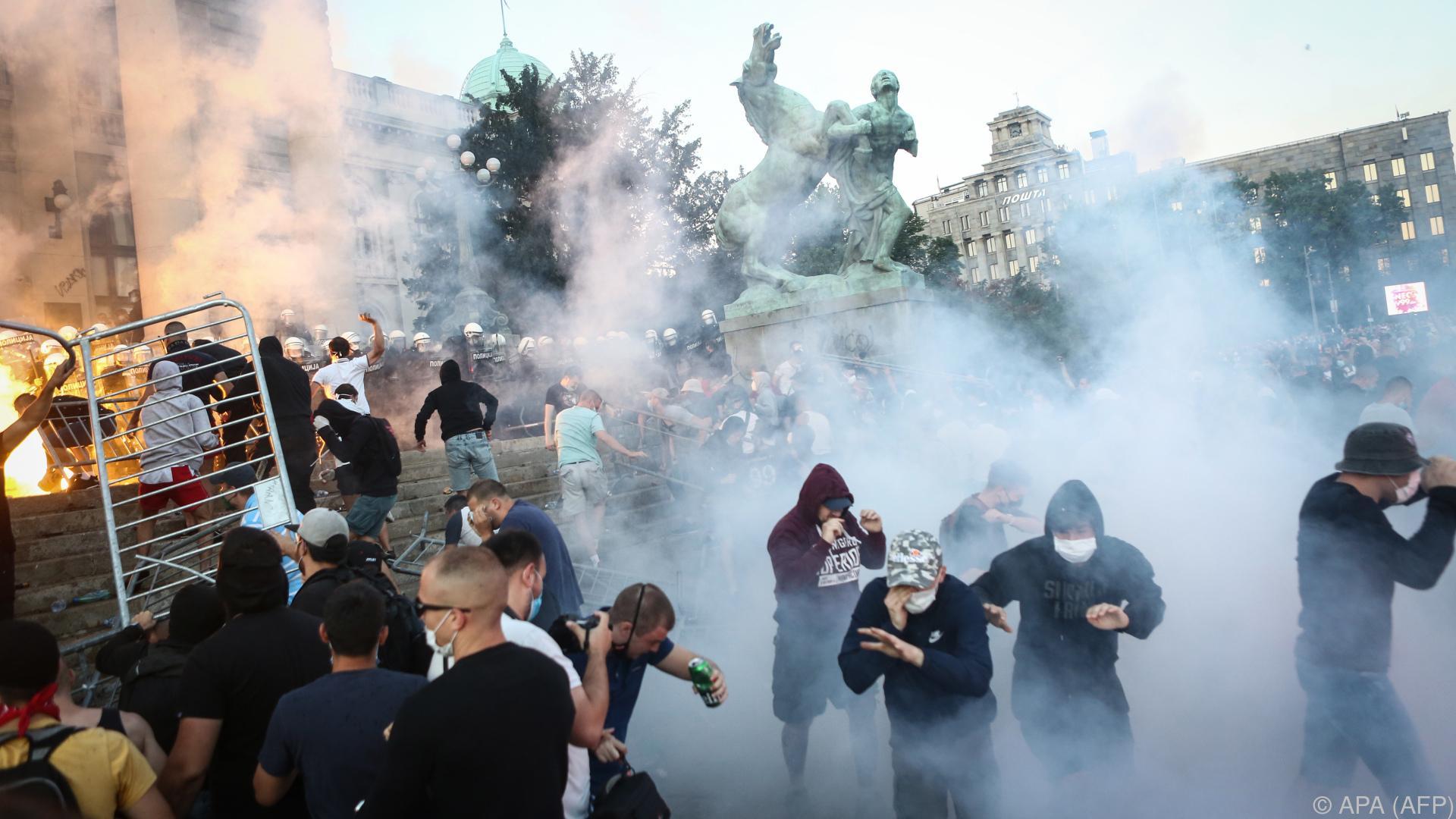 Zusammenstöße zwischen Polizei und Demonstranten in Belgrad